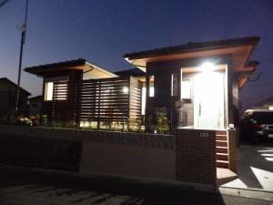 オープンハウス夜間の外観